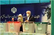 فرآیند رایگیری و حضور چهرههای سرشناس در پای صندوق های رأی/عارف با همراهی همسرش در حسینیه جماران حاضر شد/حجت الاسلام ناطق نوری رأی خود را به صندوق انداخت